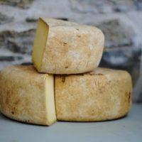 Trois fromages empilés