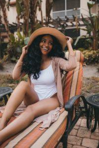 Jeune femme noire profitant du printemps