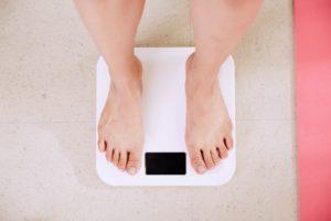 Une femme sur une balance pour mesurer son poids