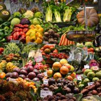 Un étal de fruits et légumes frais