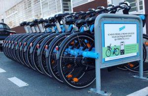 Les vélos électriques de Zoov stationnés sur un parking