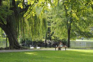 Une femme assise dans un parc à Boston, aux Etats Unis