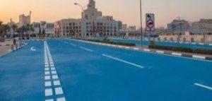 Une route peinte en bleu à Doha, au Qatar