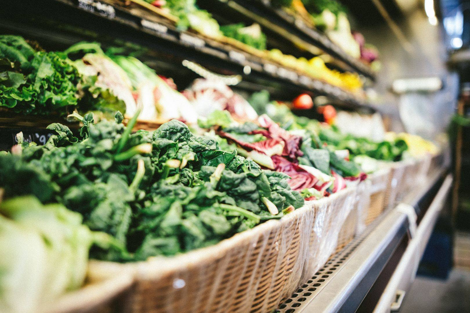 Des produits alimentaires dans le rayon d'un commerce