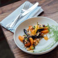 Un repas végétarien sur une table
