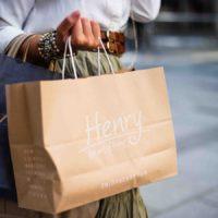 Une femme portant ses emplettes dans la rue