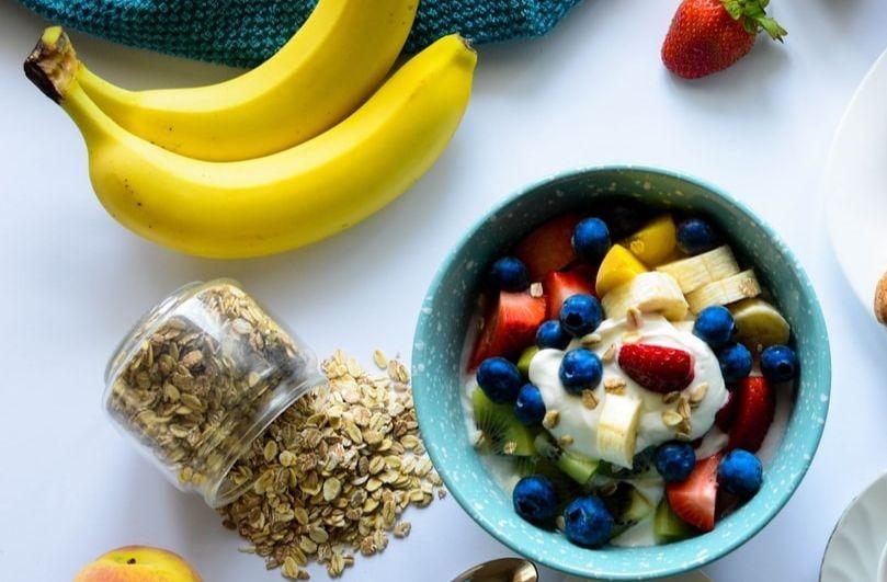 Vue de dessus d'un petit déjeuner avec des fraises et des baies dans un bol.
