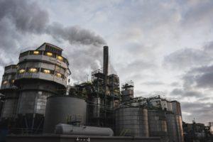 Une usine émettant une colonne de fumée à Amsterdam (Pays Bas).