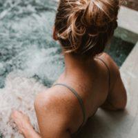 Une jeune femme dans un spa.