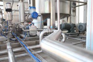 Des canalisations dans une usine.