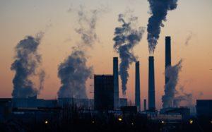 Des colonnes de fumée au dessus d'une usine.