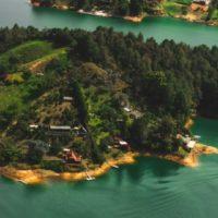 Paysage de lacs et de petites îles forestières à Guatape, Colombie