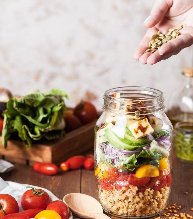 Fruits secs, lentilles, fromage, salade.